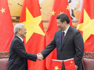 (150407) -- BEIJING, April 7, 2015 (Xinhua) -- Chinese President Xi Jinping (R), who is also general secretary of the Central Committee of the Communist Party of China, attends a signing ceremony with Nguyen Phu Trong, general secretary of the Central Committee of the Communist Party of Vietnam, after their talks in Beijing, China, April 7, 2015. (Xinhua/Wang Ye)(wjq)