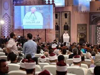 Francois-prononce-discours-Caire-Conference-internationalela-organisee-luniversite-Al-Azhar-28-avril-2017_0_729_486