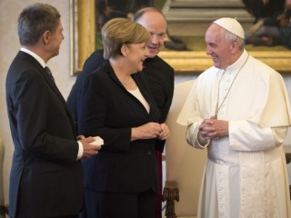 VATICAN CITY, VATICAN - JUNE 17: Chancellor Angela Merkel and her husband Joachim Sauer (L) speak with Pope Francis during a visit to the Vatican on June 17, 2017 in Vatican City. (Photo by Guido Bergmann/Bundesregierung via Getty Images)