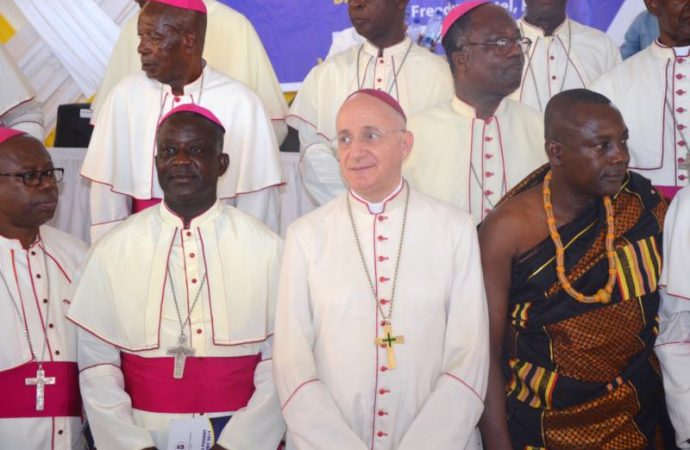 20171114T1216-0356-CNS-GHANA-BISHOPS-FAMILIES_800-690x450
