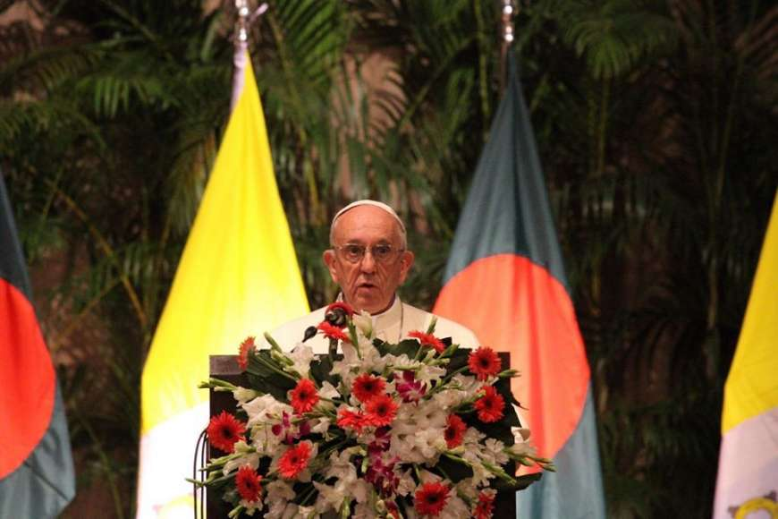 Pope_Francis_speaks_to_authorities_in_Dhaka_Bangladesh_after_his_arrival_Nov_30_2017_Credit_Ed_Pentin_CNA