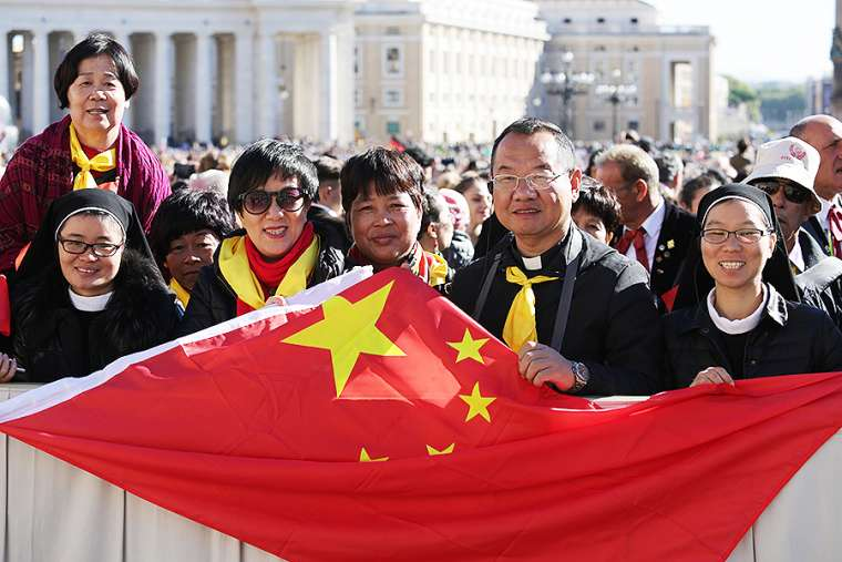Pilgrims_from_China_at_the_general_audience_in_St_Peters_Square_Oct_12_2016_Credit_Daniel_Ibanez_CNA