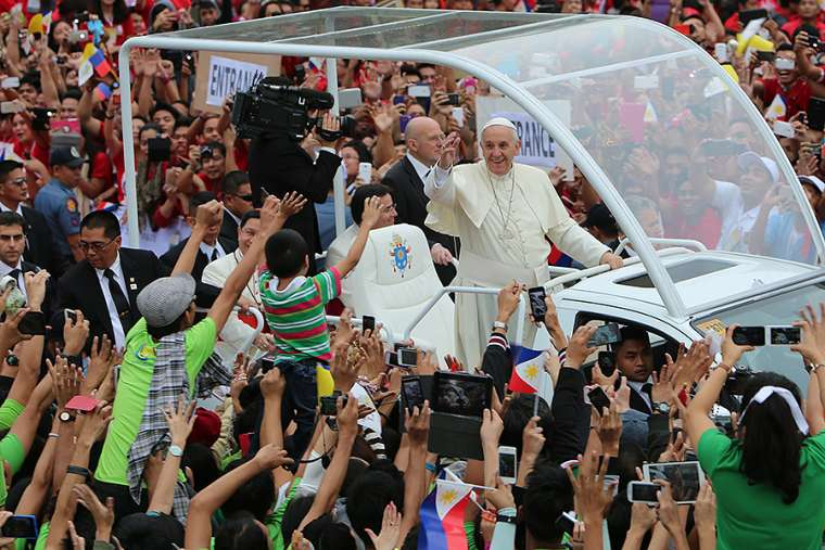Pope_Francis_greets_youth_pilgrims_at_Santo_Tomas_University_in_Manila