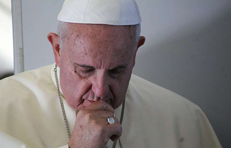 Pope_Francis_prays_with_journalists_on_the_papal_flight_en_route_to_South_Korea_August_14_2014_Credit_Alan_Holdren_CNA_CNA_8_14_14