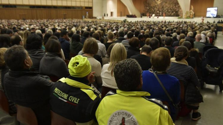 20181205 Pope Francis arrives in the Paul VI Hall for Wedneday's General Audience 5