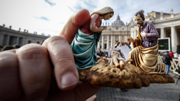 20181230 A member of the faithful holds a statuette of the Holy Family at Pope Francis