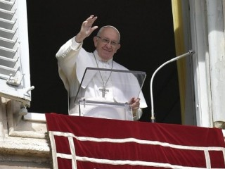 20190210 Pope Francis waves to the crowd at the weekly Angelus 0