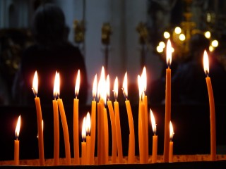 Candles_in_the_church