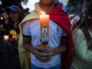 Hundreds of people participate in a vigil in homage to the fallen in the demonstrations of April 30 and May 1, in Caracas, Venezuela, 05 May 2019. EFE/ Rayner Pena (MaxPPP TagID: efephotos650858.jpg) [Photo via MaxPPP]