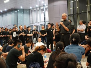 HK-Msgr_Ha_talking_to_youth