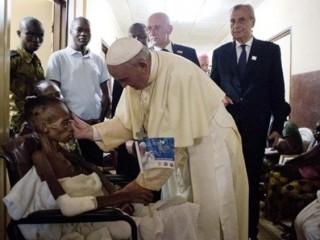 ĐTC Phanxicô thăm bệnh viện nhi trong chuyến thăm Cộng hòa Trung phi năm 2015