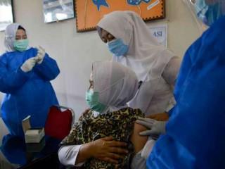 Một nhân viên y tế tiêm vắc xin Sinovac chống lại virus coronavirus tại một trung tâm y tế cộng đồng ở Lambaro thuộc tỉnh Aceh của Indonesia vào ngày 18 tháng 1. (Ảnh: Chaideer Mahyudddin / AFP)