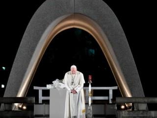 Đức Thánh Cha Phanxicô  cúi đầu cầu nguyện tại Đài tưởng niệm Hòa bình Hiroshima trong chuyến thăm Nhật Bản vào năm 2019 (Vatican Media)