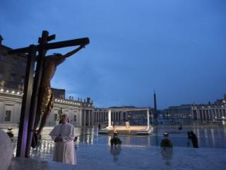 """Giáo hoàng Francis cầu nguyện trước """"Cây thánh giá kỳ diệu"""" từ Nhà thờ Thánh Marcellus ở Rome trong buổi lễ cầu nguyện tại Quảng trường Thánh Peter trống tại Vatican ngày 27 tháng 3 năm 2020, trong đại dịch COVID-19. (Ảnh: CNS/ Truyền thông Vatican)"""