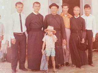 2 vị tu sĩ DCCT đưa chân cha Lượng (áo dòng đen ngoài cùng bên phải) đến vùng truyền giáo Cần Giờ vào năm 1971