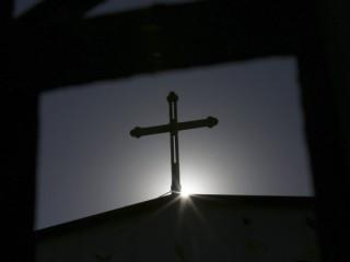 Một cây thánh giá trên đỉnh một nhà thờ Công giáo ở Thiên Tân, Trung Quốc, được nhìn thấy in bóng dưới ánh mặt trời. (Nguồn: Kim Kyung-Hoon / Reuters)