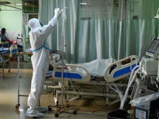 Một nhân viên y tế mặc bộ đồ bảo hộ cá nhân (PPE) chăm sóc một bệnh nhân coronavirus COVID-19 bên trong Đơn vị Chăm sóc Đặc biệt của bệnh viện Đại học Teerthanker Mahaveer ở Moradabad vào ngày 5 tháng 5. (ảnh: PRAKASH SINGH / AFP qua Getty Images)