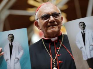 Hồng y Baltazar Porras Cardozo người Venezuela cầm các bức ảnh của Jose Gregorio Hernandez, một bác sĩ người Venezuela sinh năm 1864, sau một thánh lễ ở Caracas, Venezuela ngày 19 tháng 6 năm 2020. (Nguồn: Manaure Quintero / Reuters qua CNS)