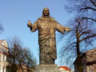 Một bức tượng Thánh Tâm Chúa Giêsu ở Grodzisk Wielkopolski, Ba Lan. Bialo zielony, Wikimedia Commons