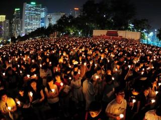 Thắp nến tưởng niệm trận thảm sát Thiên An Môn tại Hồng Kông hôm 4-6-2012, ghi nhớ năm thứ 23 trận đàn áp dân chủ ở Bắc Kinh (Ảnh: AFP/GettyImages)