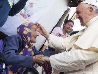 Đức Thánh Cha Phanxicô chào đón một cụ già khi ngài gặp gỡ mọi người trong một khu phố nghèo ở Asuncion, Paraguay, vào ngày 12 tháng 7 năm 2015. Mục vụ chăm sóc người nghèo và những người cần được giúp đỡ đã được Triều đại của Đức Thánh Cha Phanxicô nhấn mạnh (Ảnh: CNS / Paul Haring)