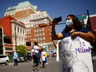 """Một phụ nữ tham dự cuộc tuần hành do các thành viên của Mạng lưới Biên giới vì Nhân quyền và Liên minh Nhập cư Cải cách cho Texas tổ chức tại El Paso, Texas, ngày 10 tháng 4 năm 2021, để khởi động chiến dịch mới """"We Are The 11 Million"""", yêu cầu cải cách nhập cư và một con đường trở thành công dân cho tất cả những người nhập cư sống ở Mỹ mà không có giấy tờ (Ảnh: Jose Luis Gonzalez / Reuters, qua CNS)."""