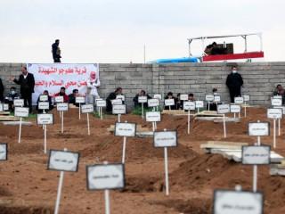 Những người đàn ông ở Kojo, Iraq, tụ tập vào ngày 6 tháng 2 năm 2021, gần các ngôi mộ của những người dân tộc thiểu số Yazidi đã bị giết bởi các chiến binh Nhà nước Hồi giáo. Đức Tổng Giám mục Công giáo Chaldean Bashar Warda của Irbil, Iraq, vào ngày 14 tháng 7 năm 2021, phát biểu tại Hội nghị Thượng đỉnh về Tự do Tôn giáo Quốc tế ở Washington rằng ngoài nhu cầu cơ sở hạ tầng của Iraq, điều cần được xây dựng lại là phẩm giá của những người phải chịu đựng dưới chế độ Nhà nước Hồi giáo. (Nguồn: CNS photo / Thaier al-Sudani, Reuters)