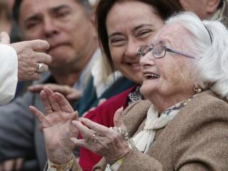 """Một phụ nữ lớn tuổi phản ứng khi gặp Giáo hoàng Francis trong buổi tiếp kiến chung của ngài tại Quảng trường Thánh Peter ở Vatican vào ngày 22 tháng 3 năm 2017, ảnh tập tin. Đức Thánh Cha Phanxicô muốn Ngày Thế giới đầu tiên dành cho Ông bà và Người cao tuổi vào ngày 25 tháng 7 sẽ được khai mạc khi thế giới đang tìm cách phục hồi sau đại dịch chết người, kêu gọi các tín hữu hãy là """"thiên thần"""", những người quan tâm, an ủi và vuốt ve. (Nguồn: CNS photo / Paul Haring)"""