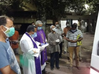 Trong bức ảnh do Linh mục Cedric Prakash cung cấp vào  ngày 18 tháng 4 năm 2021 này, các linh mục cầu nguyện trước thi hài của cố Linh mục Jerry Sequeira trước khi hỏa táng ông ở Ahmedabad, Ấn Độ. Sequeira là một trong hơn 500 linh mục và nữ tu Công giáo đã chết vì COVID-19 ở Ấn Độ theo lời của Linh mục Suresh Mathew, một linh mục tại Nhà thờ Holy Redeemer ở New Delhi và là biên tập viên của tạp chí Indian Currents do nhà thờ điều hành. (Tín dụng: Cedric Prakash qua AP)
