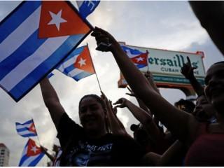 """Người dân biểu tình, một số cầm cờ Cuba, trong cuộc biểu tình chống chính phủ Cuba tại Nhà hàng Versailles ở Miami, vào ngày 12 tháng 7 năm 2021. - Havana hôm thứ Hai đổ lỗi cho """"chính sách bóp nghẹt kinh tế"""" của Hoa Kỳ cho các cuộc biểu tình chưa từng có chống lại chính phủ cộng sản Cuba như Washington đã chỉ ra ngón tay ở """"nhiều thập kỷ đàn áp"""" trong nhà nước độc đảng. (Ảnh: Eva Marie Uzcategui / AFP qua Getty Images)"""
