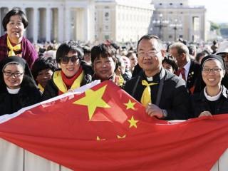 Những người hành hương Trung Quốc tham dự buổi tiếp kiến chung tại Quảng trường Thánh Peter, ngày 12 tháng 10 năm 2016 (Ảnh: Daniel Ibanez / CNA)