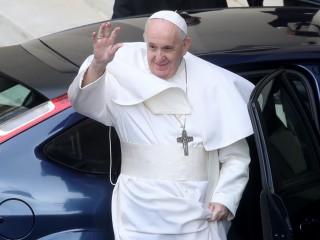 Giáo hoàng Francis vẫy tay chào trước khi rời đi sau buổi tiếp kiến chung hàng tuần, tại sân San Damaso, tại Vatican, ngày 19 tháng 5 năm 2021. REUTERS / Yara Nardi)