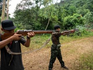 Các thành viên của Lực lượng Phòng vệ Nhân dân Karenni tham gia huấn luyện quân sự tại trại của họ gần Demoso ở bang Kayah của Myanmar vào ngày 6 tháng 7. (Ảnh: AFP)