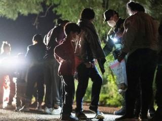 Những người di cư xin tị nạn băng qua sông Rio Grande giữa Mexico và Mỹ