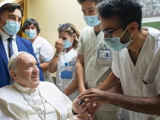 Đức Thánh Cha Phanxicô thăm hỏi các nhân viên tại Bệnh viện Gemelli ở Rome, ngày 11 tháng 7 năm 2021./ Vatican Media.
