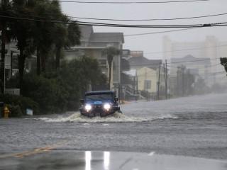 Một phương tiện di chuyển trên con đường ngập lụt vào ngày 14 tháng 9 năm 2018, trong cơn bão Florence ở North Myrtle Beach, Nam Carolina. Năm tiếp theo, thành phố ven biển Charleston đã trải qua 89 ngày ngập lụt, gần một ngày cứ 5 ngày. Kỷ lục trước đó của Charleston, 58 lần, được thiết lập vào năm 2015. (CNS / Reuters / Randall Hill)
