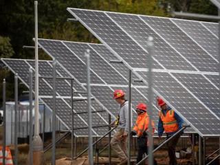 Năm 2019, các công nhân đã lắp đặt hơn 5.000 tấm pin mặt trời tại khu nhà của Tổ chức từ thiện Công giáo ở Đông Bắc Washington. Mảng năng lượng mặt trời, dự án lớn nhất như vậy ở Đặc khu Columbia, đã hoạt động hoàn chỉnh vào cuối tháng 1 năm 2020. (Nguồn: Andrew Biraj / Catholic Standard qua CNS)