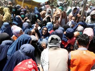 Các gia đình di tản trong nội bộ từ các tỉnh phía bắc Afghanistan, những người phải rời bỏ nhà cửa do giao tranh giữa Taliban và lực lượng an ninh Afghanistan, đến trú ẩn tại một công viên công cộng ở Kabul vào ngày 10 tháng 8 năm 2021. (Ảnh CNS / Reuters)