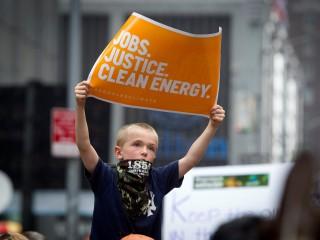 """Trong ảnh tập tin năm 2014 này, một đứa trẻ ở Thành phố New York giơ một tấm biển trong """"Tháng Ba về Khí hậu People's Climate March, hay Cuộc Tuần Hành Về Khí Hậu Của Người Dân"""" (Ảnh: Carlo Allegri / Reuters qua CNS)"""