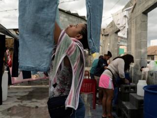 Những người di cư xin tị nạn từ Trung Mỹ giặt quần áo tại quảng trường công cộng của Reynosa, Mexico, gần biên giới Texas, ngày 27 tháng 8 năm 2021 (Ảnh: Go Nakamura / Reuters, qua CNS)