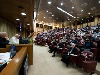Giáo hoàng Francis phát biểu trong cuộc họp tại hội trường Vatican với các thành viên của các phong trào giáo dân vào ngày 16 tháng 9 năm 2021. Giáo hoàng đã nói chuyện với những người tham gia - trực tuyến và tại chỗ ở Rome - trong một cuộc họp tập trung vào vấn đề quản trị có trách nhiệm trong giáo dân. các phong trào và hiệp hội. (Nguồn: CNS photo / Vatican)