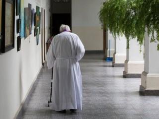 Trong ảnh là một linh mục lớn tuổi đang đi bộ đến dinh thự của mình tại Nhà thờ Đức Mẹ Carmen ở Thành phố Panama. Giáo hoàng Francis nói với các linh mục lớn tuổi trong một thông điệp bằng văn bản (Ảnh: Bob Roller / CNS)