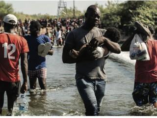 Những người di cư từ Ciudad Acuna, Mexico, đi bộ ở Rio Grande gần Cầu Quốc tế giữa Mexico và Hoa Kỳ vào ngày 18 tháng 9 năm 2021. (Ảnh CNS / Go Nakamura, Reuters)