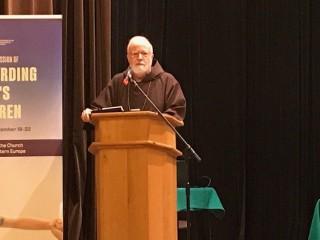 Đức Hồng Y Sean Patrick O'Malley, người đứng đầu Ủy ban Giáo hoàng về Bảo vệ Trẻ vị thành niên, phát biểu tại hội nghị Hội nghị bảo vệ các thành viên dễ bị tổn thương ở Warsaw