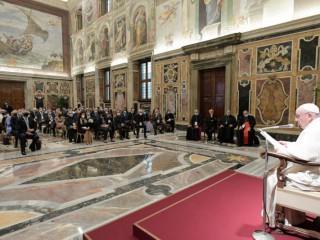 Đức Thánh Cha Phanxicô phát biểu trước những người tham gia trong cuộc họp toàn thể của Học viện Giáo hoàng về Sự sống tại Sảnh Vatican's Clementine, ngày 27 tháng 9 năm 2021 (Ảnh: Truyền thông Vatican)
