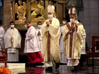 Đức Hồng Y Jose Advincula (phải) trong lễ bổ nhiệm làm giám mục mới của Tổng giáo phận Manila vào ngày 24 tháng 6 năm 2021./ Jose Torres Jr. / LiCAS News)