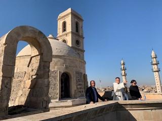 Linh mục Đaminh Olivier Poquillon được nhìn thấy trong chuyến thăm địa điểm Nhà thờ Our Lady of the Hour Church ở Mosul, Iraq, cùng với một nhóm của UNESCO. Những người theo đạo Thiên chúa và Hồi giáo hy vọng dự án tái thiết các địa điểm thờ tự mang tính biểu tượng của Mosul, nơi bị tàn phá nặng nề bởi các tay súng Nhà nước Hồi giáo trong quá trình chiếm đóng thành phố năm 2014-2017, cũng sẽ giúp xây dựng lại lòng tin giữa các cộng đồng tôn giáo bị rạn nứt của Iraq. (Nguồn: CNS photo / lịch sự của Ordo Praedicatorum.)
