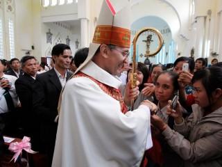 """Đức Tổng Giám mục Leopoldo Girelli, lúc đó là đại diện Giáo hoàng không thường trú tại Việt Nam, được mọi người chào đón sau Thánh lễ tại Nhà thờ Thánh Teresa, Sơn Tây, Việt Nam, vào ngày 25 tháng 11 năm 2011, ảnh tập tin. Đức Tổng Giám mục Girelli, hiện là đại diện của Giáo hoàng tại Ấn Độ, đã ra lệnh cho các giám mục Công giáo ở bang miền nam Tamil Nadu ngăn chặn các linh mục tham gia vào các hoạt động khiến họ trở thành """"cơ sở quyền lực tài chính và chính trị"""". (Ảnh: Kham / Reuters qua CNS)"""