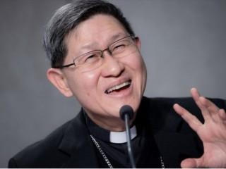 Đức Hồng Y Luis Antonio Tagle phát biểu trong cuộc họp báo ở Vatican trình bày về Ngày Thế giới Truyền giáo năm 2021, ngày 21 tháng 10 năm 2021 (Ảnh: Daniel Ibáñez / CNA)